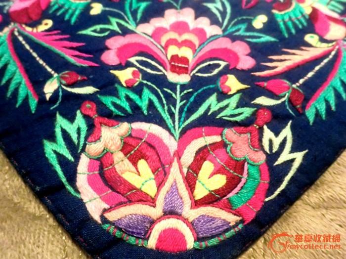 一件绣工精美的凤穿牡丹民国老刺绣肚兜图片